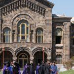 Einzug des Katholikos Karekin II. (Mitte links) in die Kathedrale, Etschmiadsin