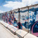 Hebron: Sicht- und Beschuss-Schutz mit Graffiti