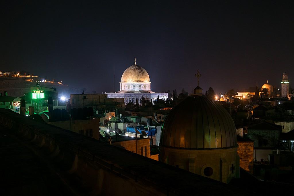 Felsendom bei Nacht (im Hintergrund rechts die Al-Aqsa-Moschee)