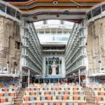 Allure of the Seas: Blick vom Aqua Theater nach vorne über den Boardwalk