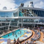 Allure of the Seas: Pool und Viking Crown Lounge (Deck 17)