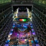 Allure of the Seas: Blick über den Boardwalk zur Fontänen-Show im Aqua Theater