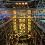 Allure of the Seas: Blick über den Central Park zur Viking Crown Lounge (oben)