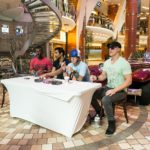 Allure of the Seas: Autogrammstunde mit MO5AIC auf der Royal Promenade