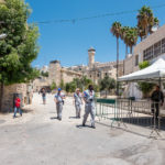 Hebron, Gruppe der Temporary International Presence in Hebron vor dem Grab der Patriarchen