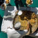 Meeresfrüchte-Paella auf dem Pool-Deck