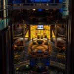 Grand Foyer der Celebrity Reflection, in der Mitte die Bibliothek