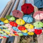 Bunte Schirme in der Moshe Salomon Strasse