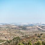 Blick Richtung Stadtzentrum. In der Ferne Mount Scopus und Auguste-Viktoria-Hospital (Bildmitte)