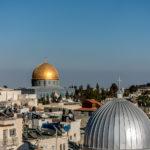 Felsendom und Al-Aqsa-Moschee (rechts). Im Vordergrund die armenisch-katholische Kirche
