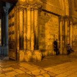 Vor der Grabeskirche. 3 Männer und ihre Smartphones
