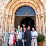 Die Reisegruppe vor der Dormitio-Abtei auf dem Zionsberg mit Pater Elias und Pater Nikodemus (hinten)