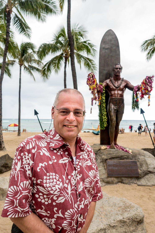 Oahu, Honolulu, der Autor vor der Statue von Duke Kahanamoku