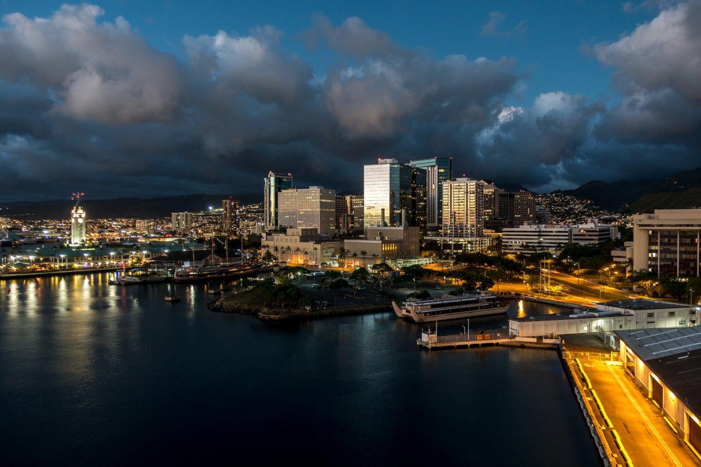 Oahu, Ausfahrt aus Honolulu bei Nacht