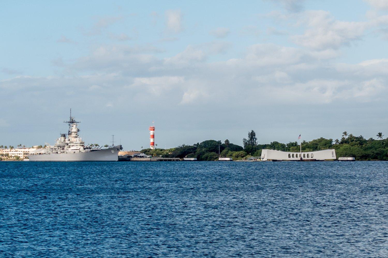 USS Arizona Memorial, im Hintergrund die USS Missouri