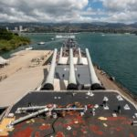 USS-Missouri, Blick ?ber die Hauptbewaffnung Richtung Arizona-Memorial