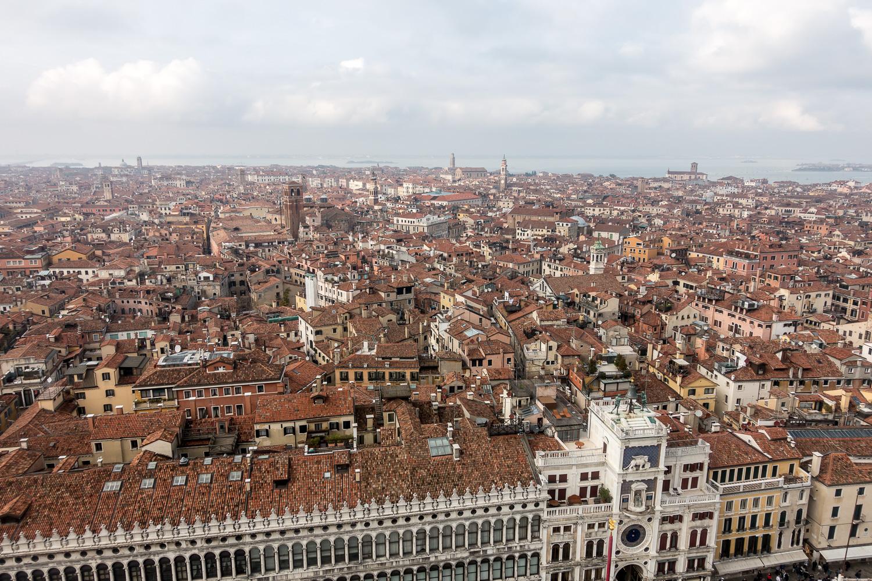 Blick vom Campanile über den Uhrturm