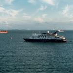 QM2 - Kreuzfahrtschiff Hebridean Sky bei Southampton