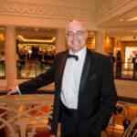 QM2 - Der Autor im Smoking (Tuxedo) in der Grand Lobby (Atrium)