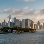 QM2 - Vor Manhattan, im Vordergrund Govenors Island