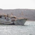 Alter Fischtrawler in der Lagune von Sur