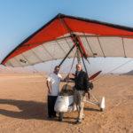 Der Autor und der Pilot des motorisierten Gleitschirms beim Al Wasil Camp