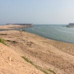 Antiker Hafen von Sumharam mit Lagune