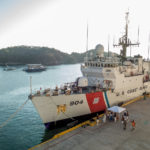 Mexiko, Huatulco: Hafen mit Schiff der US-Küstenwache