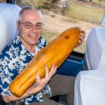Nicaragua, San Juan del Sur: Der Autor mit einer Riesen-Papaya