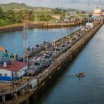 """Panamakanal: Vor der Miraflores-Schleuse, links die """"Mules"""""""
