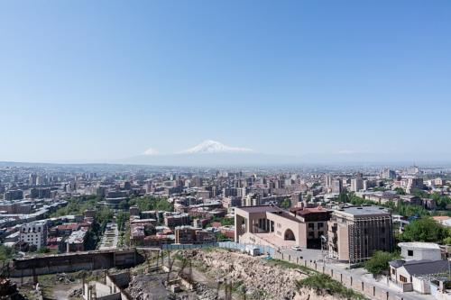Blick über Jerewan zum Ararat