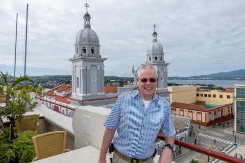 Santiago de Cuba - Der Autor auf dem Hotel Casa Grande vor der Kathedrale