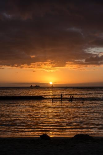 Oahu, Honolulu, Sonnenuntergang am Waikiki-Strand
