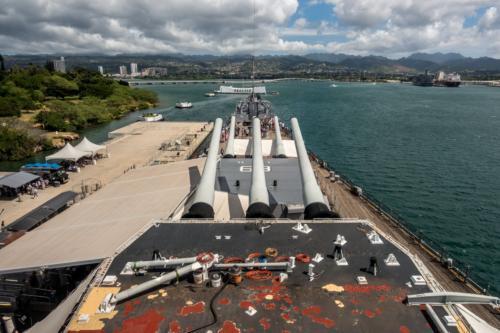 USS-Missouri, Blick über die Hauptbewaffnung Richtung Arizona-Memorial