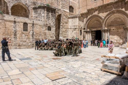 Indische Soldaten vor der Grabeskirche
