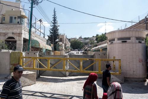Hebron: Barriere bei einer Siedlung