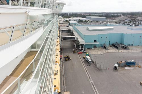 Blick von der Allure of the Seas zum Kreuzfahrtterminal