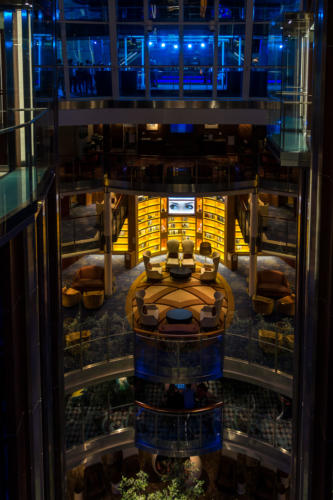 Grand Foyer der Celebrity Reflection, in der Mitte die Bibliothek