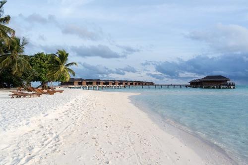 Strand mit Wasservillen im Hintergrund