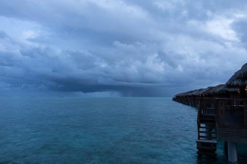 Regen über dem Atoll