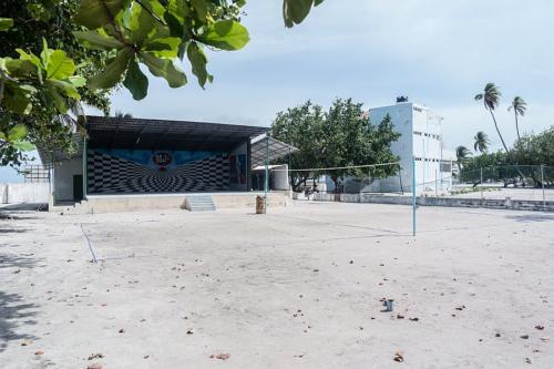 Rechts der Tsunami-Bunker auf Muli