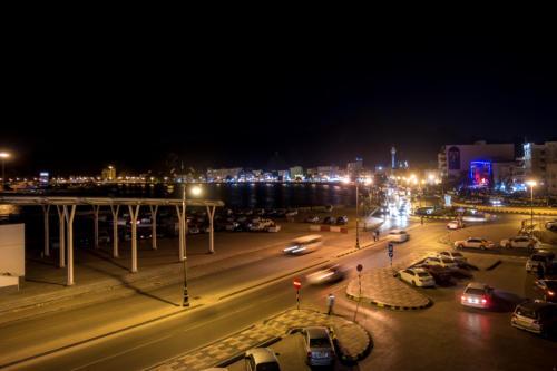 Corniche von Matrah bei Nacht