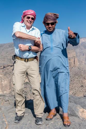 Der Autor und einer unserer Fahrer vor dem Dschebel Schems