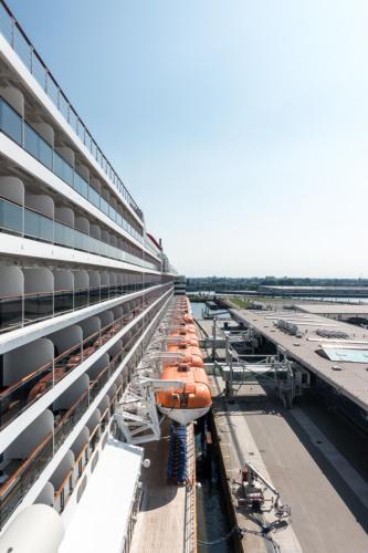 QM2 - Rettungsboote und Kreuzfahrtterminal Hamburg Steinwerder