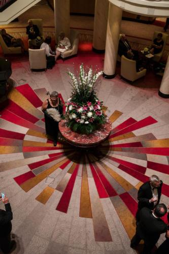 QM2 - 20iger Jahre Abend in der Grand Lobby (Atrium)
