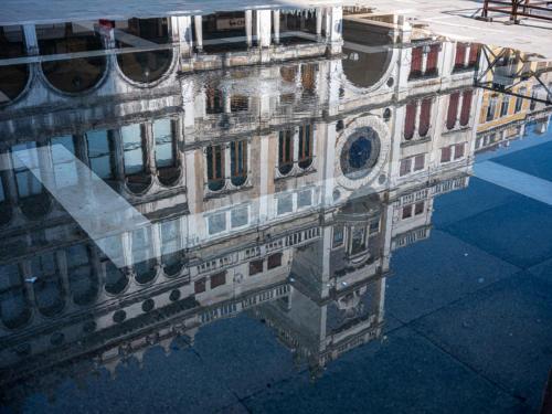Piazza San Marco bei Hochwasser - Reflektion des Uhrturmes