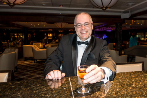 Coral Princess: Der Autor mit einem Single Malt Whisky in der Wheelhouse Bar