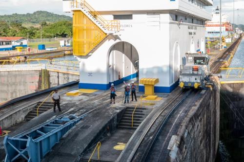 Panamakanal: Fotografen- und Filmteam der Coral Princess in der Miraflores-Schleuse