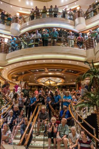 Coral Princess: Zuschauer des Pop Choirs im Atrium